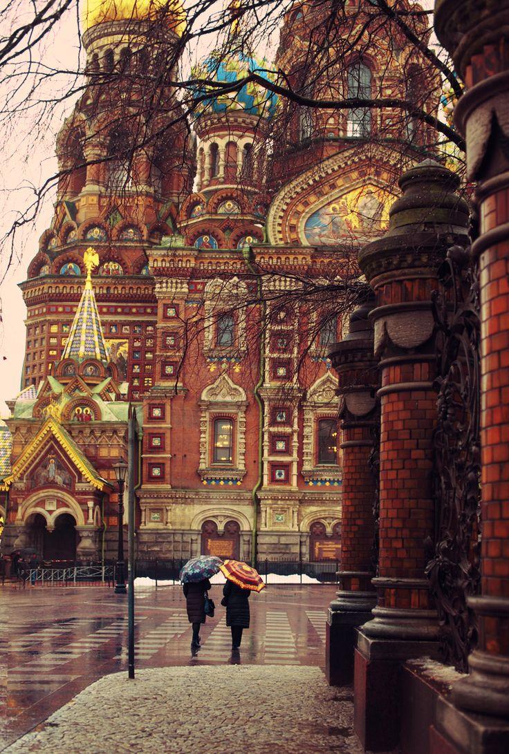 Lluvioso día de otoño en San Petersburgo, Rusia.