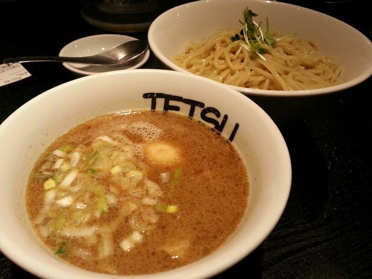 味玉つけ麺☆ つけめんTETSU@三鷹 千駄木の本店にいこうかとマークしておりましたが、TETSUってあちこち店舗展開してるんですね。三鷹駅にも入ってました。まあ、オーソドックスなつけ麺スタイルですね。味玉は沈んじゃってますが…。麺にはカイワレがそえてあって、一服の清涼感を醸しています。具はチャーシューとシナチクと香味にネギ。スープもベーシックなお味で飽きがこないというところです。定番の一品。 #らーめん #ラーメン #ラーメン倶楽部 #らーめん部 #つけ麺