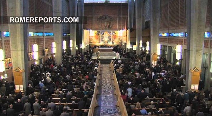 Marzo 2014: El Papa de rodillas en el confesionario y contundente conden...
