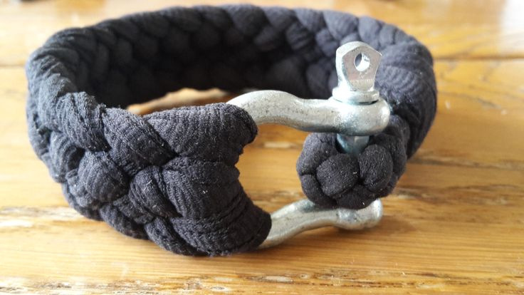 Zwarte Tinus is gemaakt van een oud t-shirt (In repen geknipt en gevlochten) en een tweedehands harp- sluiting. Breedgeschouderd en sterk als metaal, dat is de eerste indruk die Tinus vaak wekt. Hij deelt wel eens klappen uit ja, maar alleen als iemand het verdiend heeft. Een schurk is het niet dus maak gerust een praatje met hem. Je zal zien dat het een fatsoenlijke kerel is die, elastisch als hij is, makkelijk in de omgang is. En misschien heb je dan ineens een vriend voor het leven, die…