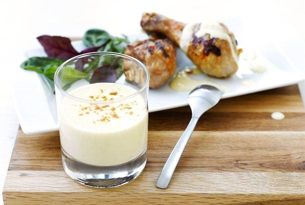 Mangochutneysta, currysta ja turkkilaisesta jogurtista syntyy makea, intialaistyyppinen kastike, joka maistuu erityisesti broileriruokien kanssa. http://www.valio.fi/reseptit/mangokastike-broilerille/