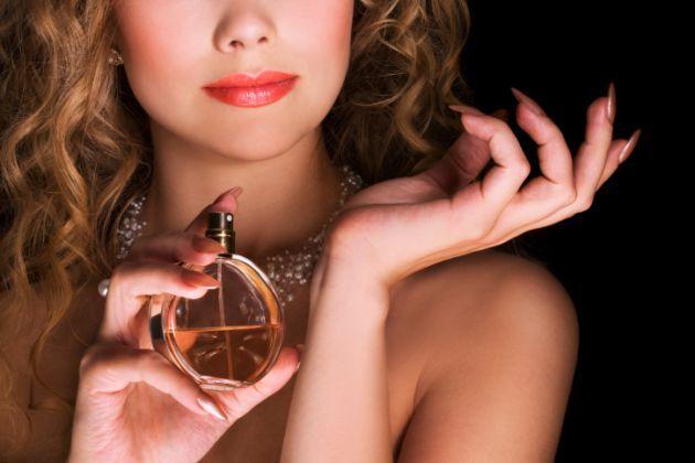 Descubre cómo hacer que el perfume dure todo el día y otras curiosidades sobre las fragancias.
