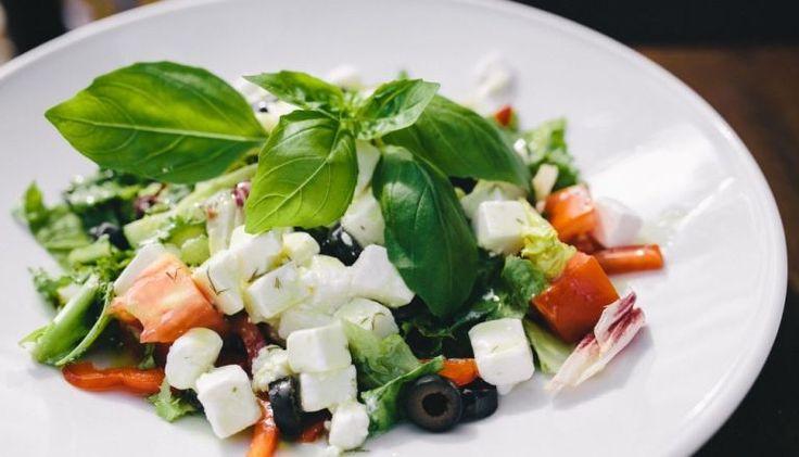 """Bycie """"fit"""" – szczupłym i zdrowym, jest w modzie, dlatego bary i restauracje serwują coraz częściej swoim klientom sałatki jako danie główne. Wychodzą one z cienia mięs i ryb, stając się pełnoprawnym posiłkiem. Sałatka może pełnić funkcję zamienną względem drugiego dania, jeśli tylko dostarcza organizmowi odpowiednią dawkę kalorii. Jak tego dokonać? Nie tylko dla wegetarianów …"""