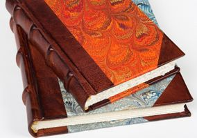 Quaderni rilegati in pelle e carta.