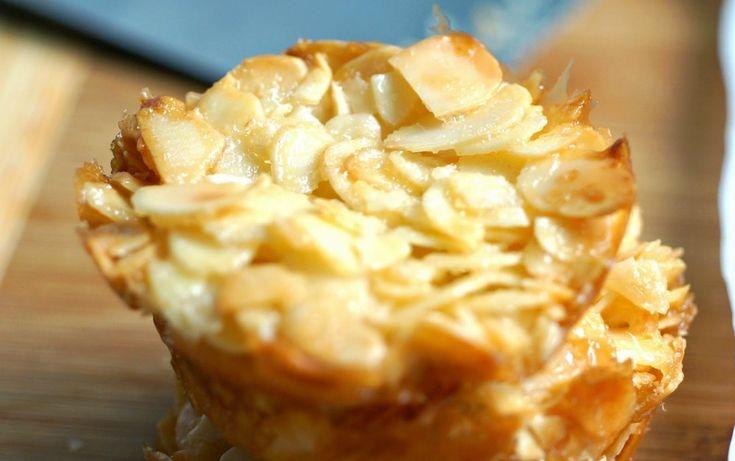 πανεύκολες, γευστικότατεςφλωρεντινες με 4 υλικα    260 γρ. αμύγδαλα φιλέ  100 γρ. ζάχαρη  2 ασπράδια αυγών  1 βανίλια άρωμα  Επιπλέον  λίγο ελαφρύ λάδι (π.χ ηλιέλαιο)    Τι κάνουμε:  Βάζουμε σε ένα μπολ τα αμύγδαλα, την ζάχαρη, τα ασπράδια και την βανίλια.  Με ένα κουτάκι ανακατεύουμε πολύ
