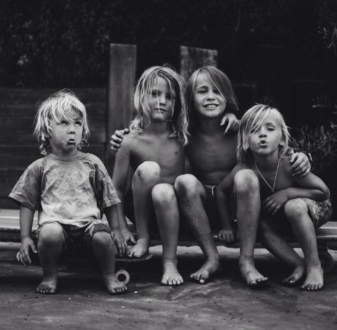 Samen met je broertjes en zusjes opgroeien geeft een geborgen en veilig gevoel. Ondanks alles, vaak ruzie enzo, zal familie er altijd voor elkaar zijn.