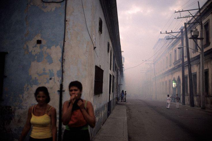 Alex Webb CUBA. Havana. 2002. Dusk, Havana Centro. Fumes from mosquito control hang in the air.