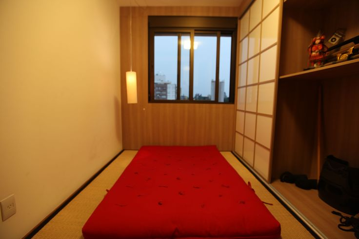 Quarto no estilo japonês. RABISCO ARQUITETURA. #quarto #japones #japan #japão # #bedroom #couple #clean #modern #archtecture #arquitetura #design  #art #arte #wallapaper #papel #de #parede #sanca #led #gesso #bancada #texture #textura #funcional #different #diferente #sobmedida #porcelanato #granito #madeira #wood #amadeirado #piso #lamp #luminaria #cinza #contemporaneo #window #janela #sacada #tv #vidro #iluminação #interior