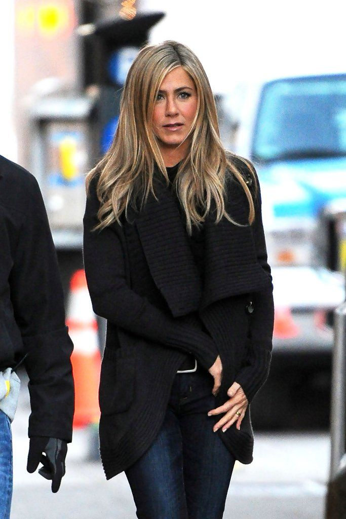 "Jennifer Aniston - Jennifer Aniston on Set in NYb-,Jennifer Aniston makes her way onto the set of her latest movie ""Wanderlust"", shooting on location in New York City. The comedy, which stars Jennifer's ""Friends"" co-star Paull Rudd, follows the lives of a city couple as they try to embrace a more relaxed lifestyle."
