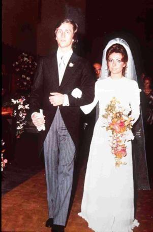 Una foto scattata il giorno delle nozze fra Maurizio Gucci e Patrizia Reggiani. Alla cerimonia era assente la famiglia del marito, che riteneva Patrizia un'arrampicatrice sociale.