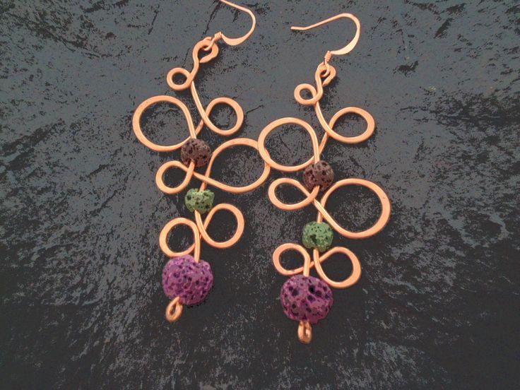 orecchini in rame martellato e pietre di lava