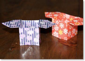 Le sanbô est un plateau qui permet de présenter les offrandes durant les cérémonies religieuses, au Japon. Son nom signifie trois directions. C'est un origami que j'aime beaucoup ! Vous pouvez le plier pour présenter des bonbons ou des biscuits par exemple. Utilisez de préférence un papier relativement rigide si vous souhaiter vous en servir comme contenant.