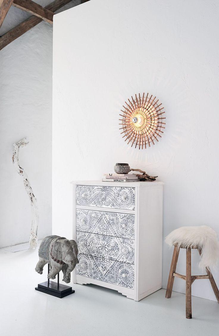Rundum untermalt von mattem Weiß, faszinieren die silbrig schimmernden, floralen Schnitzereien an den Vorderseiten der 4 Schubladen noch einmal mehr