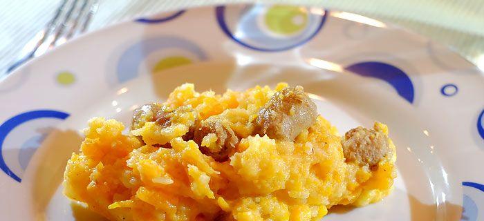 Deze wortel en pastinaak stamppot met gebakken worstjes staat zo op tafel en smaakt erg lekker. Hier vind je het makkelijke recept.