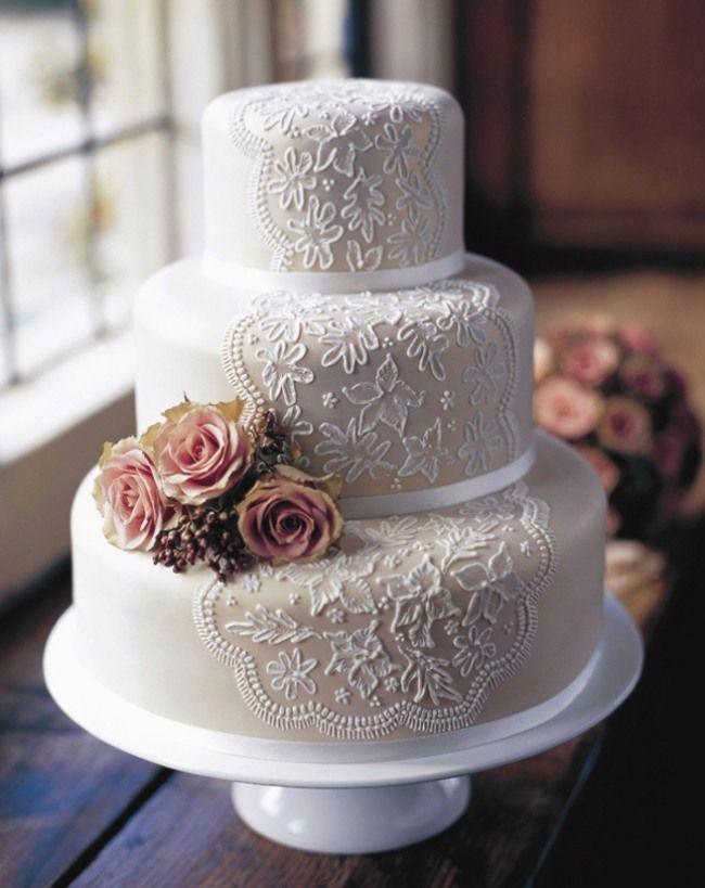einzigartige Vintage-Hochzeitstorte mit weißer Spitze und Blumenschmuck
