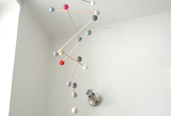 """DIY en images du  """"mobile molécules"""" by De Rien Madame. J'adore !"""