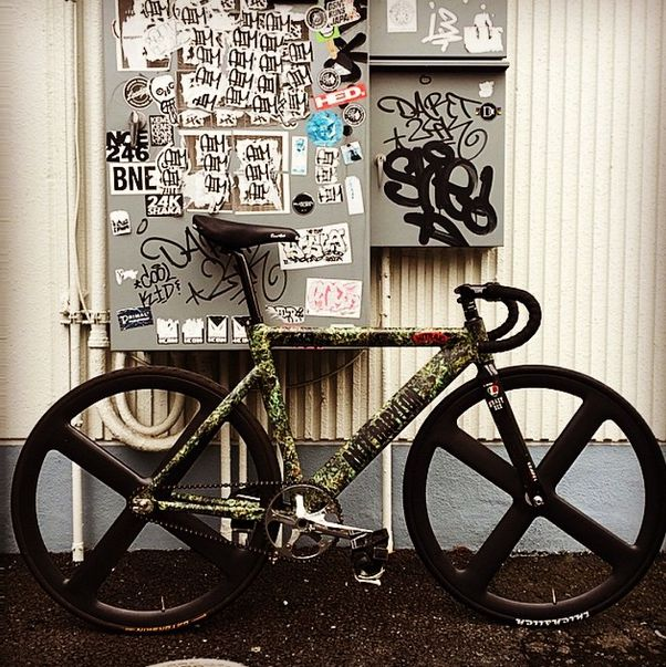 Check out the Dope forest #NITRAID Leader 735 built by @brotures with their new four spoke carbon clincher set made by Brotures #leaderbikes #leaderbikes #leaderbikeusa #leaderbikesusa #735 #leader735 #fixedgear #brotures #leaderbikejapan