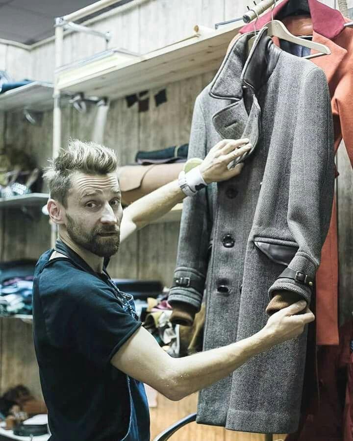 Одна из последних работ, уже прошлого года... Класическое шерстяное пальто в английском стиле. В брутальном исполнении. Радуюсь, когда такие вещи попадают к хозяевам, которые по настоящему оценивают их😊 ●●●●●●●●●●●●●●●●●●●●●●●● Создание образа. Индивидуальный пошив пальто, костюма, сорочки, аксессуаров. Изготовление в ручную обуви, ремня, подтяжек, запонок. +375297790513  Viber   WhatsApp (Минск, тц.Зеркало, 2 этаж)  #studiokhmelenko