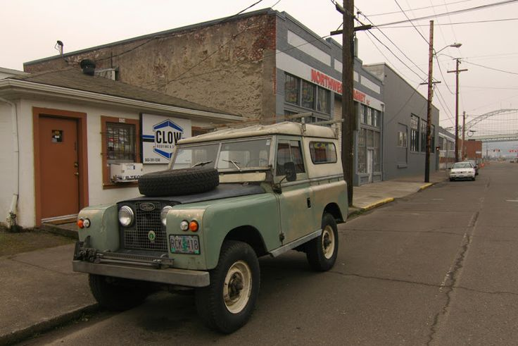 OLD PARKED CARS.: Land Rover