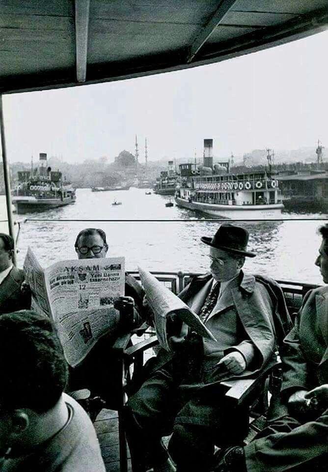 Karaköy'de vapurun kalkmasını bekleyen yolcular