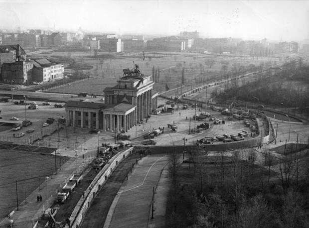 Il muro di Berlino davanti alla Porta di Brandeburgo 1961
