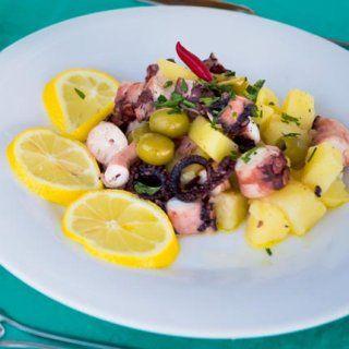 Salade de poulpes, pommes de terre et olives.