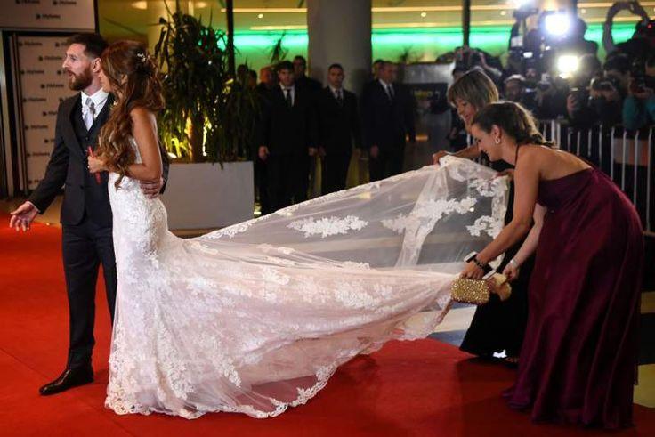 La estrella del fútbol argentino Lionel Messi y la novia Antonella Roccuzzo posan para los fotógrafos justo después de su boda en el complejo del centro de la ciudad de Rosario, provincia de Santa Fe, Argentina.