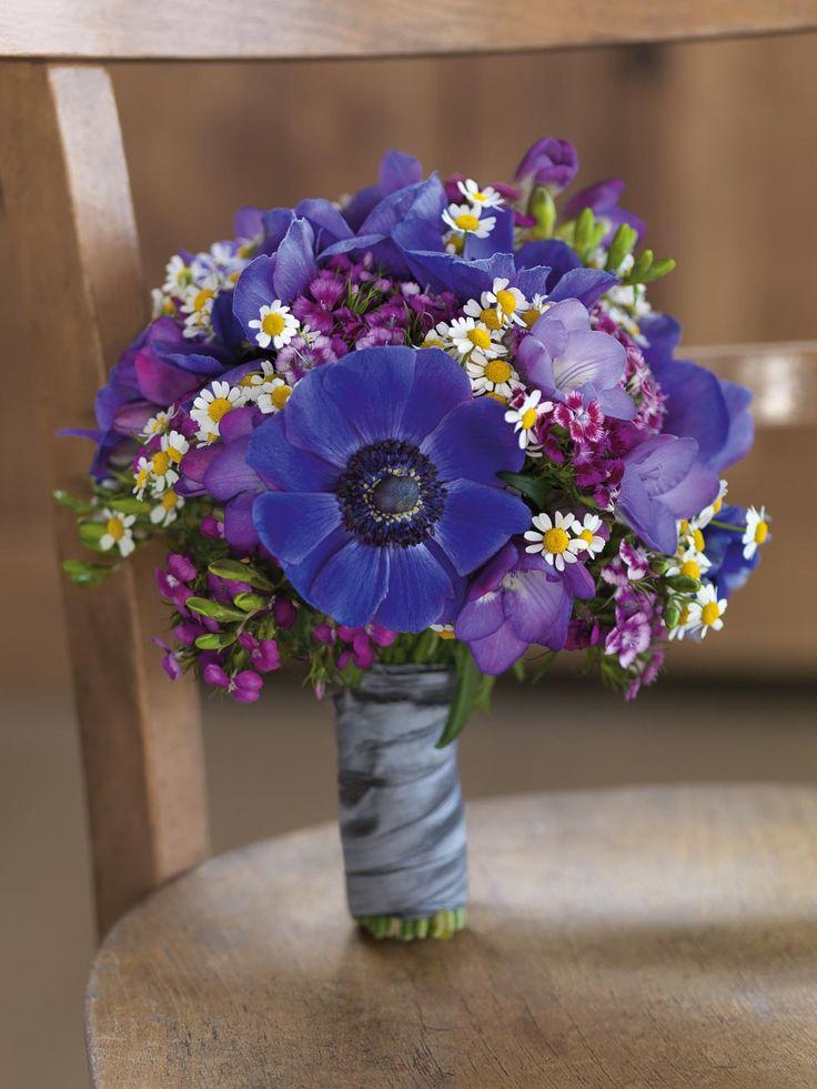 Ländlicher Brautstrauß in Blau und Lila mit Anemonen, Kamillenblüten und Bartnelken von weddingstyle.de