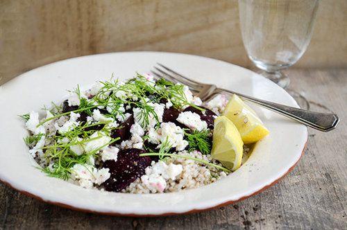 Свекольный салат  Если свекольный салат для нас привычное блюдо, но этот рецепт  не совсем обычный - в его состав входит гречка и сыр.  Салат с гречкой - прекрасное блюдо для обеда или ужина.