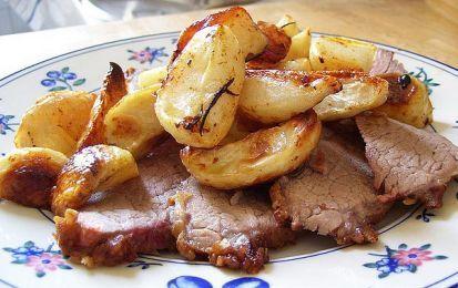 Arrosto di vitello al forno con le patate - Un secondo piatto ricco e saporito è l'arrosto di vitello al forno arricchito con patate e profumato di spezie: una ricetta da preparare nelle occasioni speciali per stupire tutta la famiglia.