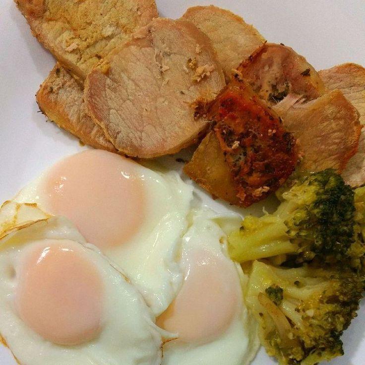 Lombo fatiado com ovos fritos e brócolis para essa terça . Para mais 23 receitas low-carb grátis acesse o link da minha bio ( http://ift.tt/29YBk7P ) . . #senhortanquinho #paleo #paleobrasil #primal #lowcarb #lchf #semgluten #semlactose #cetogenica #keto #atkins #dieta #emagrecer #vidalowcarb #paleobr #comidadeverdade #saude #fit #fitness #estilodevida #lowcarbdieta #menoscarboidratos #baixocarbo #dietalchf #lchbrasil #dietalowcarb