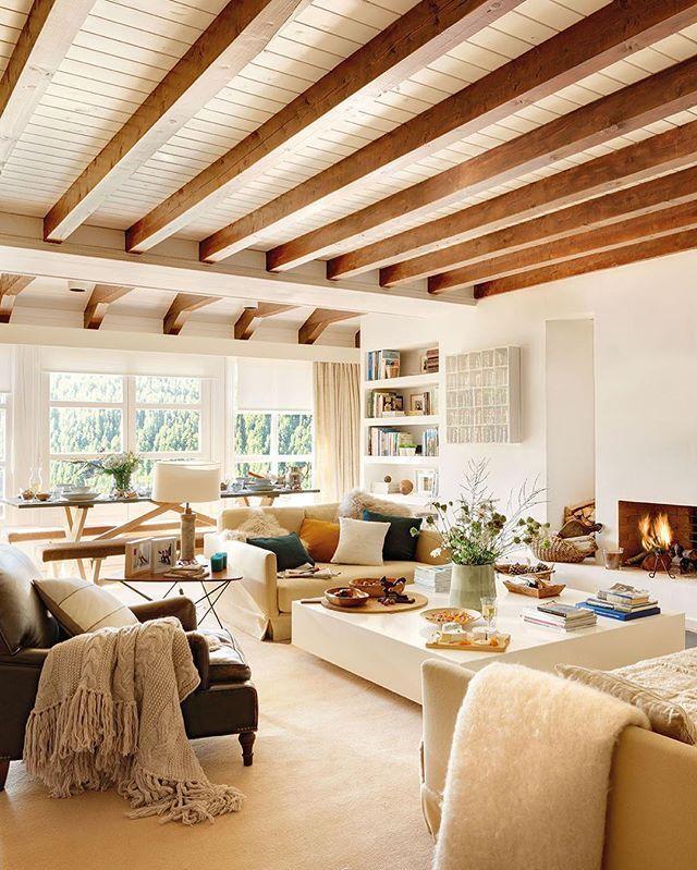 A estas alturas nadie discute la capacidad del blanco para transformarlo todo. A esta casa de montaña, antes oscura y poco apetecible, la ha llenado de luz y de amplitud. La autora de la reforma, Maria Lladó, ha sabido cómo usarlo. Mírala toda en la web (link en la bio)  #elmueble #encasade #casadecampo #cabaña #rustica #rustic #decoracion #decoration #madera #wood #contiguos #comedor #mesa #libreria #decor #countryhouse