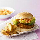 Groenteburgers met koolsla en aardappelen uit de oven ingrediënten 1¼ kg stevige aardappelen, bijvoorbeeld Nicola of Roseval 3 teentjes knoflook 2 takjes rozemarijn ½ witte kool 2 winterwortels, fijngeraspt ½ ui, fijngesnipperd 3 eetlepels mayonaise of 'Tofunaise' (zie onderaan het recept) 4 Alpro soya Burgers (2 pakjes) olijfolie 4 zachte witte broodjes 1 krop sla, bijvoorbeeld little gem
