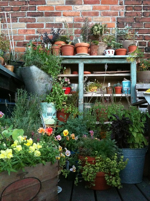 Flowerpot table.: Gardens Ideas, Pots Gardens, Backyard Ideas, Pots Tables, Gardens Can, Flowerpot Tables, Pots Benches, Back Yard, Flowers Plants Gardens