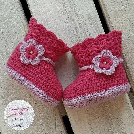 Ganchillo para niña botas lila y fucsia con flor de aplicación