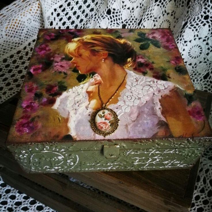 Nagyon csajos-romantikus doboz :)  csipkeminta, medál, 3D mindez egy dobozon és persze decoupage / lace, 3D,  decoupage, cabochon