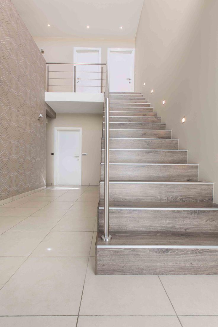Deze houten block-trap past nu helemaal bij dit moderne interieur. #upgrade interieur #block-trap #houten trap #balustrade