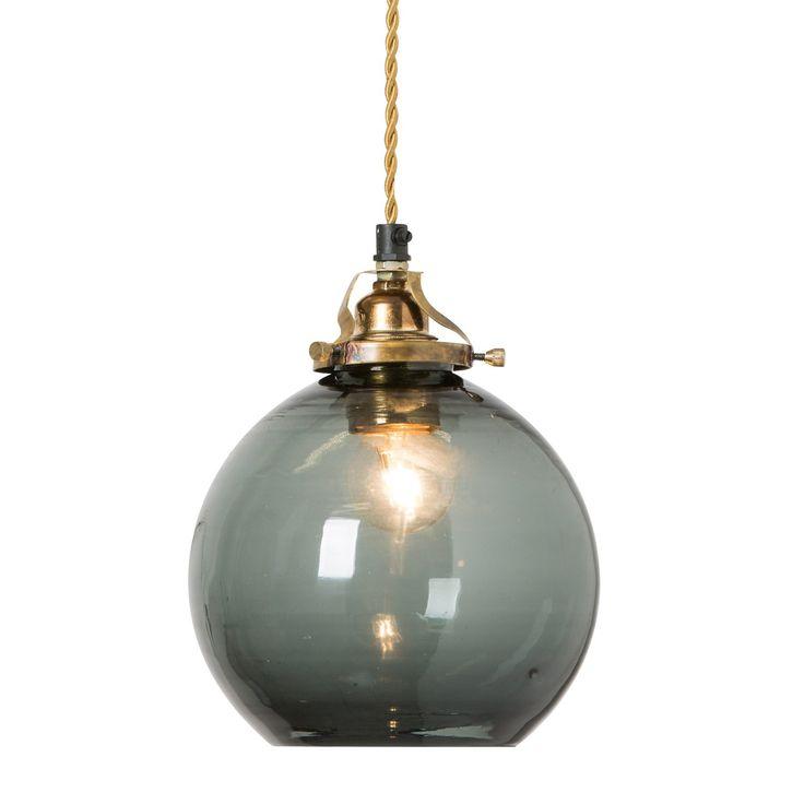 Hope pendel fra Watt & Veke. En flott og stilren lampeskjerm som er produsert i munnblåst glass. Lam...