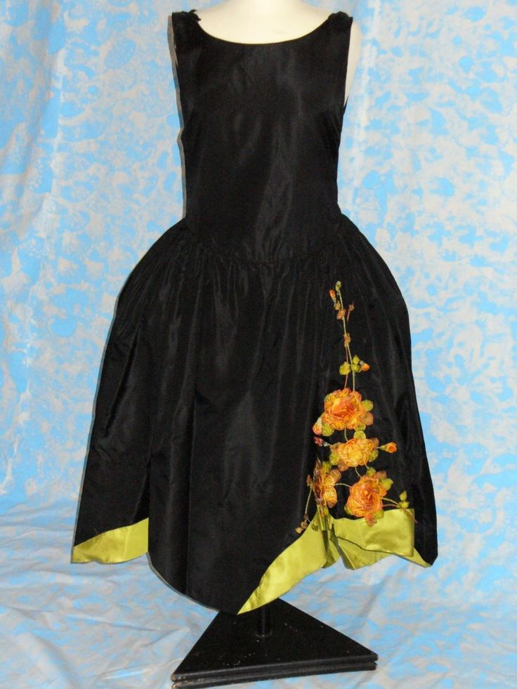 EVENING DRESS (architect 445) (Translated from Italian) 1924 EVENING DRESS FULL, MADE IN SILK BLACK AND GREEN APPLE WITH FLORAL EMBROIDERY IN THE TONE OF ORANGE SHADED. ROBE PARTICULAR, ARE THE BASKET 2, PLACED UNDER THE WAIST, HIPS IN. THE SUIT 'A PIECE OF HAUTE COUTURE.