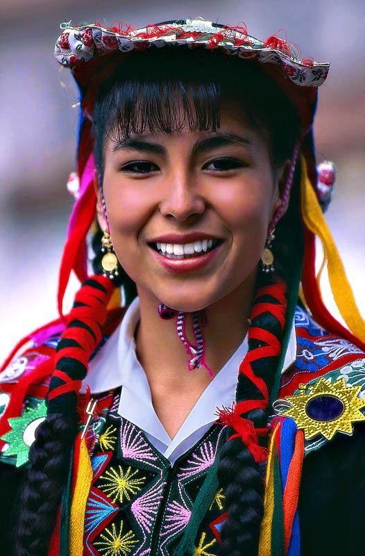 Cusco, Peru  | A girl dressed with traditional clothes during a parade ©  Sergio Pessolano