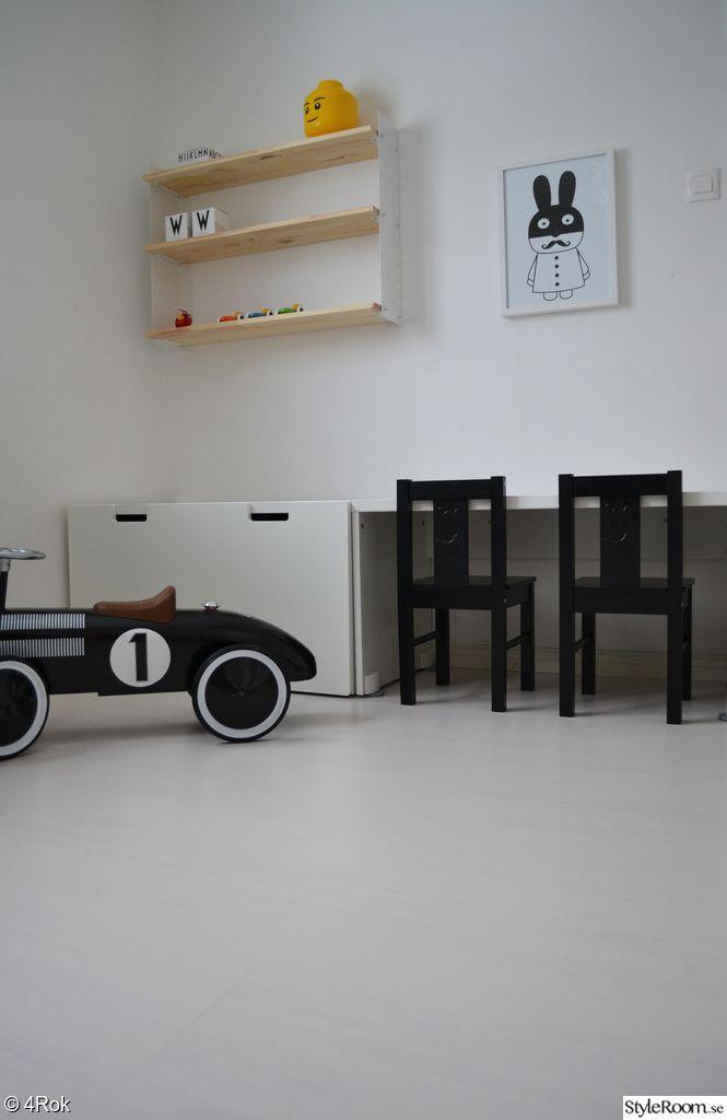 barnrum,skrivbord,vägghylla,poster,barnrumsmöbler,barnrumsinredning,svart,vitt
