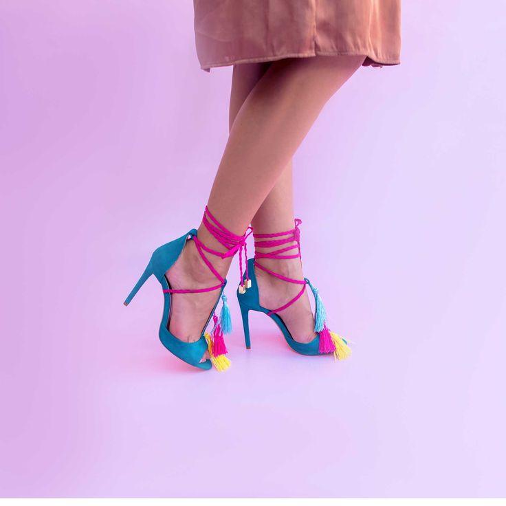 Sandale de dama Mineli Jane din piele naturală întoarsă și ornamentați cu ciucuri din mătase, sunt ideali pentru o ținută elegantă sau un eveniment special.