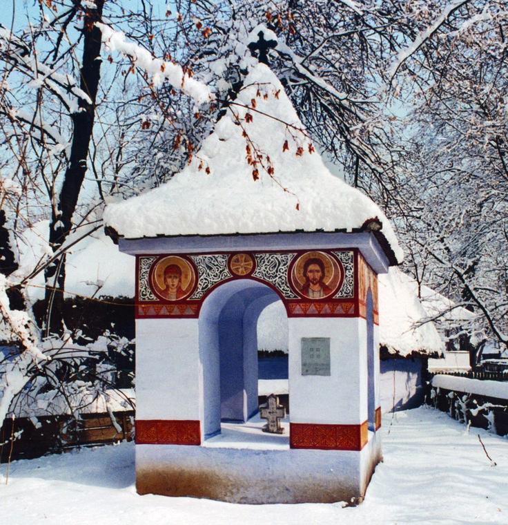 Troiţa din  Răşinari, Sibiu a fost reconstruita în muzeu în anul 1936, după un exemplar existent in situ, ridicat de obştea satului, datând de la mijlocul sec. al XIX-lea. El este tipic pentru satele din Mărginimea Sibiului. Pictura, în frescă, reprezintă medalioane cu sfinţi încadraţi în chenare cu motive geometrice, a fost realizată de meşteri ţărani cu talent în pictură.