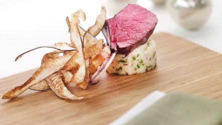 Kotelet van hert op stamppot van waterkers, geserveerd met krokante schorseneer