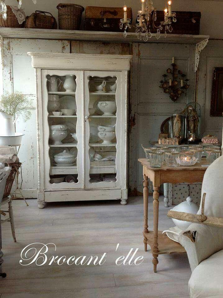 shabby cottage... Love de vintage meidenkast voor servies