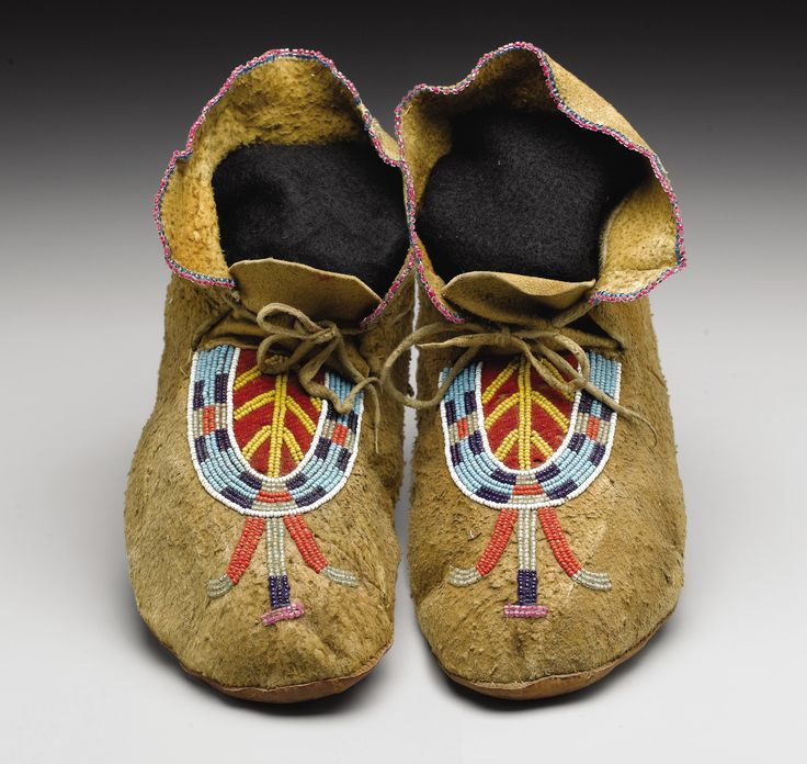 A PAIR OF BLACKFEET BEADED HIDE MOCCASINS. . c. 1900 . ... | Lot #77098 | Heritage Auctions