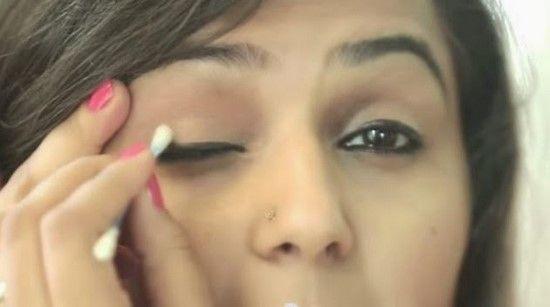 Effacer les bavures de maquillage avec de la vaseline ou de l'huile de bébé