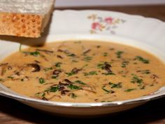 Trattkantareller med gorgonzola i krämig soppa. /Ma Oftedal