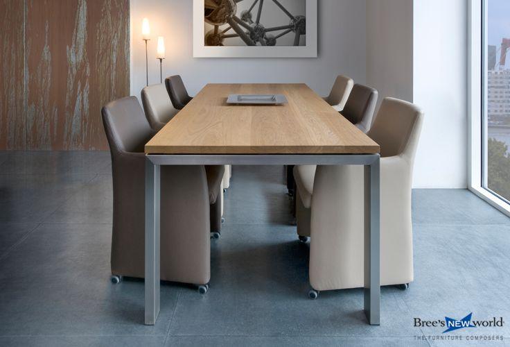 Stoere design tafel Basic met 6 volledig gestoffeerde eetkamerstoelen Staccato op wielen. #eetkamerstoel #design #eetkamer #eettafel #meubels #interieur #diningtable #diningchairs #interiordesign #furnituredesign