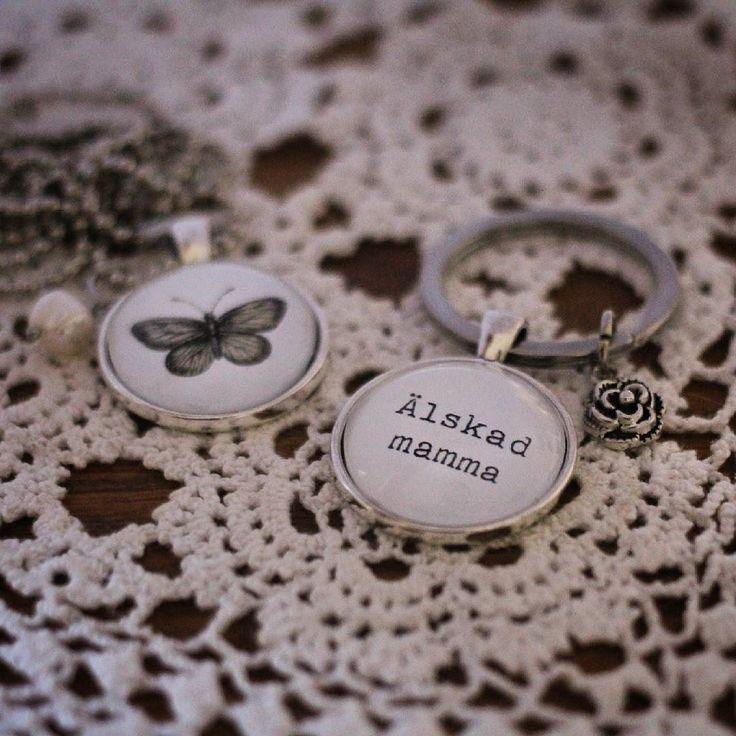 Tips till mors dag  Sov gott i natt!  #morsdag #älskadmamma #fjäril #smycken #handgjordasmycken #bildsmycken #namnsmycken #personligasmycken #halsband #nyckelring #örhängen #ring #armband #ljuvligating